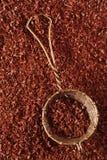 Noir du chocolat râpé par amende 100% dans le tamis Photos stock