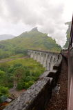 Train de vapeur de Jacobite croisant le viaduc de Glenfinnan. Photos stock