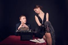 Noir ekranowy dziennikarz i dziewczyna przy pracą Zdjęcia Stock