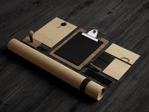 Noir et éléments d'identité de papier d'emballage sur le fond en bois Photographie stock