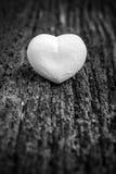 Noir et blanc : Coeur blanc sur en bois Images libres de droits