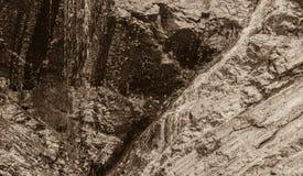 Noir et blanc de l'eau coulant en bas du rebord rocheux Photo libre de droits
