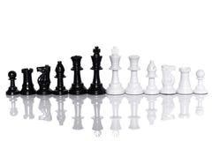 Noir et blanc des échecs sur le fond blanc Concept de chef et de travail d'équipe pour le succès Photos stock
