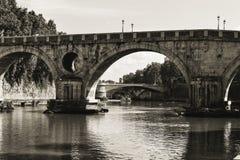 Noir et blanc des ponts historiques Photographie stock