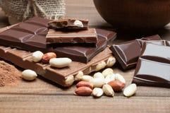 Noir et chocolat au lait, écrous, cacao Photos libres de droits