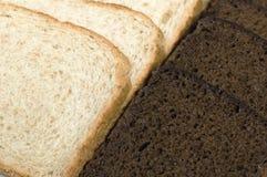 Noir et un pain blanc. Un fond Photos stock