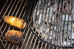Noir jaune de maïs sur le gril de BBQ image libre de droits