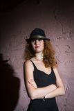 Noir  Porträt des attraktiven Brunettemädchens Stockbilder