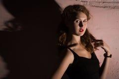 Noir   stående av den attraktiva brunettflickan Royaltyfri Fotografi