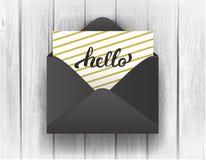 Noircissez l'enveloppe ouverte avec bonjour le lettrage sur le fond en bois Images stock