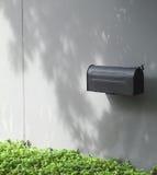 Noircissez la boîte aux lettres sur le mur en béton images libres de droits