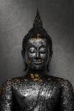 Noircissez la statue de Bouddha avec la feuille d'or photos libres de droits