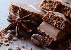 Noircissez le chocolat aéré dans les barres avec l'anis et les grains de café, fond de nourriture, composition horizontale Images libres de droits