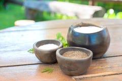 Noircissez le sucre fraisé de poivre et le sel dans keramic brun braille Photographie stock