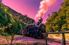 Noire train ferroviaire actionné vieille par vapeur photo libre de droits