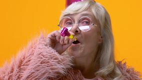 Noisemaker di salto della donna del cappello maturo divertente del partito, celebrante festival, animatore stock footage
