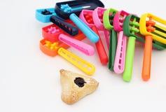 Noisemakers coloridos e uma cookie da orelha de Haman Fotografia de Stock