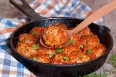 Noisettes è stufato nella salsa al pomodoro in un cucchiaio Immagine Stock Libera da Diritti
