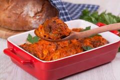 Noisettes è stufato nella salsa al pomodoro in un cucchiaio Fotografie Stock