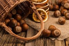 Noisettes dans un panier sur la vieille table en bois Photo libre de droits