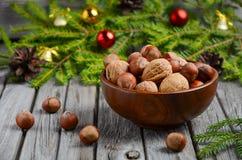 Noisettes et noix dans une cuvette en bois Photo libre de droits