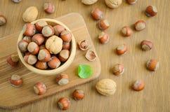 Noisettes et noix dans une cuvette en bois Image libre de droits