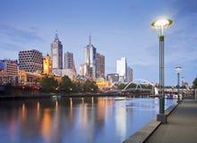 Noite adiantada da skyline de Melbourne iluminada Imagem de Stock Royalty Free