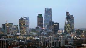 Noite ao lapso de tempo da skyline da cidade do dia vídeos de arquivo