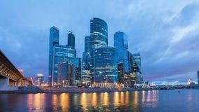 Noite ao lapso de tempo do dia do distrito financeiro da cidade de Moscou vídeos de arquivo