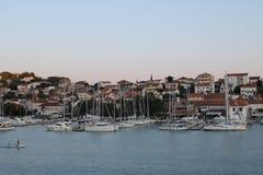 Noite atrasada na estância balnear na ilha da Croácia de Ciovo fotos de stock