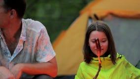 Noite atrasada no acampamento, no pai e na filha sentando-se pelo fogo vídeos de arquivo