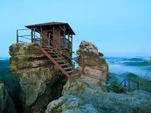 Noite azul Cena do amanhecer do outono Cabine de madeira no pico principal da rocha como o ponto de vista, céu escuro, névoa do o Imagens de Stock Royalty Free