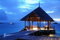 Noite azul da casa de campo da água fotos de stock royalty free