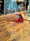 Noite bonita com um vidro do vinho imagens de stock royalty free