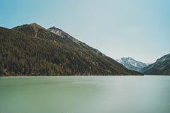 Noite brilhante Kucherlinskoe do lago Calma, serenidade Montanhas de Altai, Sibéria Rússia água clara azul no lago da montanha foto de stock royalty free