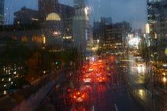 Noite chuvosa na cidade Pingos de chuva no vidro imagem de stock royalty free