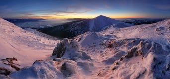 Noite colorida do inverno nas montanhas, panorama em Eslováquia Foto de Stock
