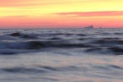 Noite colorida pelo mar Báltico imagens de stock royalty free