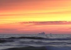 Noite colorida pelo mar Báltico fotos de stock