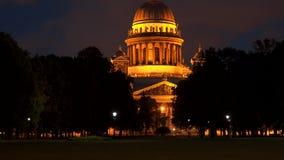 Noite da catedral do ` s de Alexander Garden e do St Isaac Fotografia de Stock Royalty Free