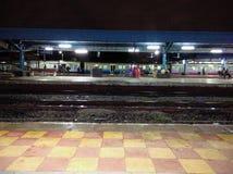 Noite da estação de trem Fotos de Stock