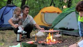 Noite da fogueira em um acampamento da barraca no campo video estoque