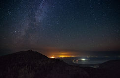 Noite da luz das estrelas acima das montanhas Fotografia de Stock Royalty Free