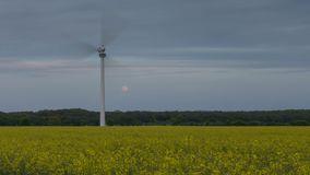 Noite da mola, gerador de vento e aumentação da Lua cheia no subúrbio de Hanover filme