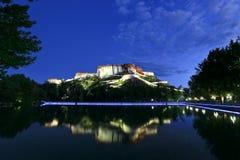 Noite da parte traseira do palácio de Potala imagens de stock royalty free