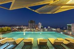 Noite da piscina do hotel de Vietname foto de stock