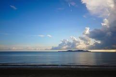 Noite da praia com um fundo do céu azul Foto de Stock