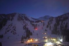 Noite da skyline da cidade da estância de esqui imagem de stock royalty free
