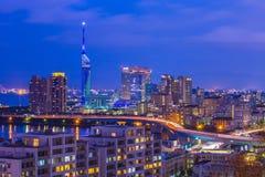Noite da skyline de Hakata na cidade de Fukuoka, Japão Fotos de Stock
