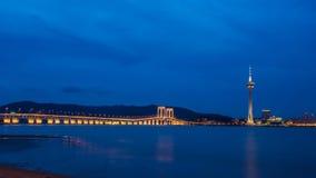 Noite da torre e das pontes de Macau fotografia de stock royalty free